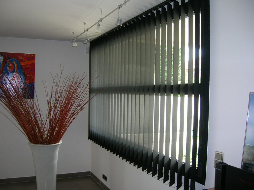Une pièce avec des stores au design unique